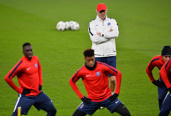 Paris Saint-Germain's French head coach Laurent Blanc (C) attends a team training session at Stamford Bridge in London on March 8, 2016 ahead of their UEFA Champions League, round of 16 second leg football match against Chelsea./ AFP / GLYN KIRK        (Photo credit should read GLYN KIRK/AFP/Getty Images)
