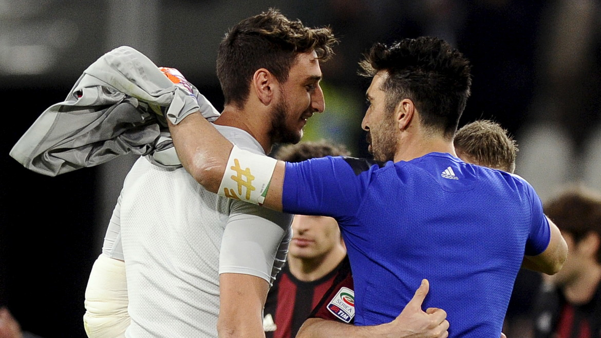 Football Soccer - Juventus v AC Milan - Italian Serie A - Juventus stadium, Turin, Italy -  21/11/15  Juventus goalkeeper Gianluigi Buffon (R) embraces AC Milan goalkeeper Gianluigi Donnarumma at the end of the match  REUTERS/Giorgio Perottino - RTX1V7XW
